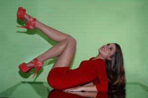 赤いハイヒールを履いた女性