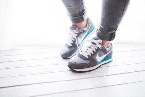脚によいナイキの靴を履く女性